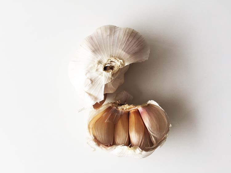 Garlic - 5 foods that help you beat the common cold