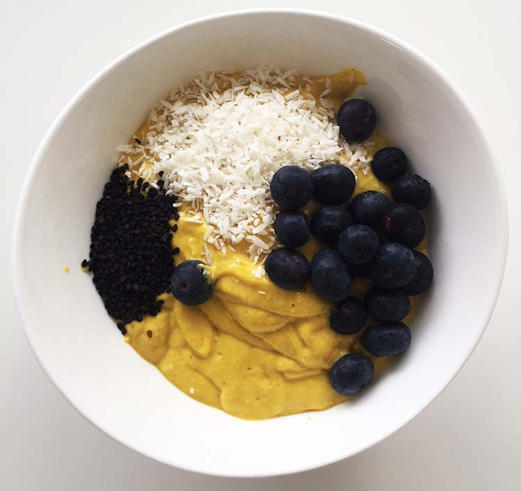 Mango chai smoothie bowl